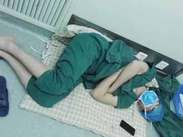 Un cirujano chino se queda dormido en el suelo tras trabajar 28 horas seguidas
