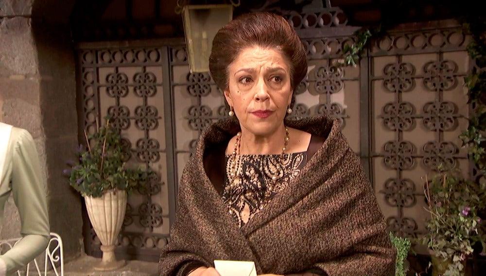 Doña Francisca, intranquila con el sobre de Ulpiano entre manos