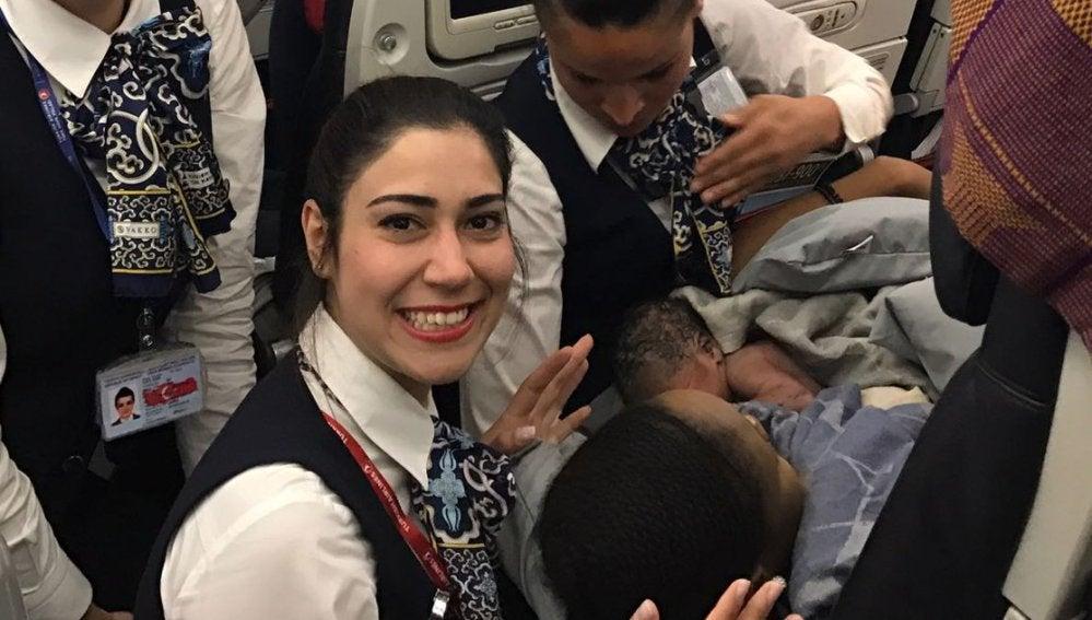 La tripulación posa con el bebé