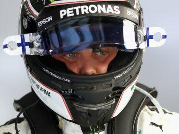 Valtteri Bottas, con el casco
