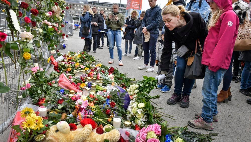 La ciudad de Estocolmo, sacudida por el atentado, honra con flores y velas a las víctimas