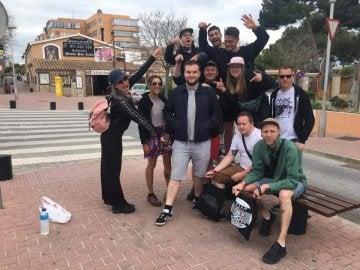 Joe McGrath con su nuevo grupo de amigos