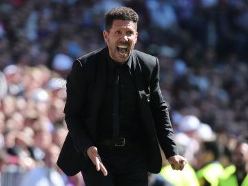 Simeone da órdenes a los jugadores del Atlético durante el partido