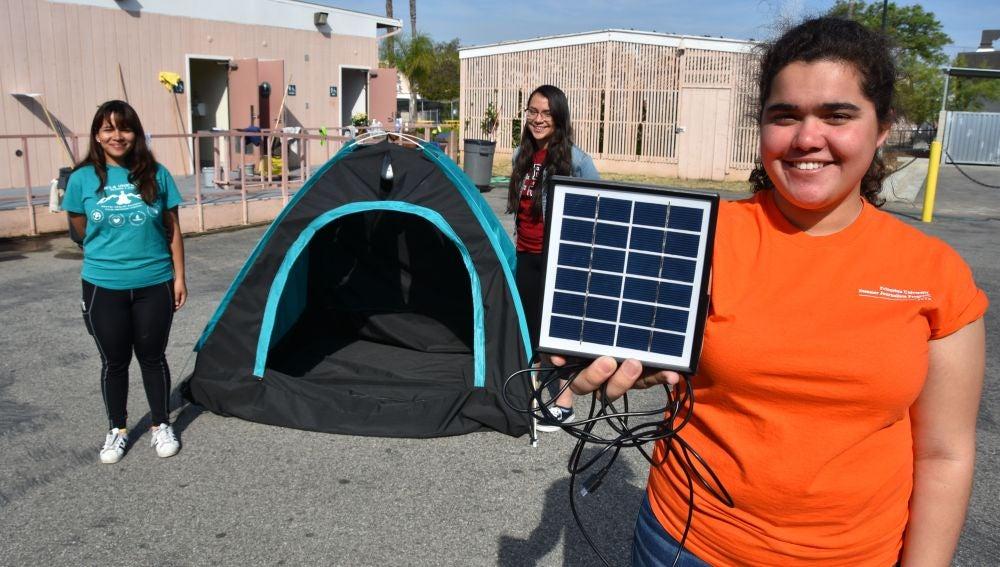 Estudiantes diseñan una tienda de campaña con paneles solares para los sintecho