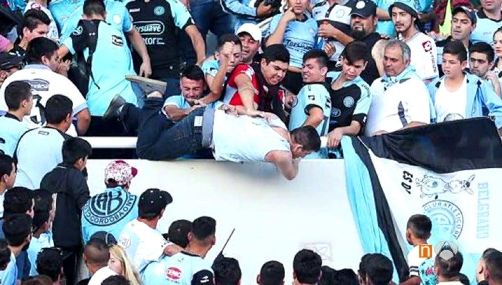 Frame 33.460915 de: Las duras imágenes del momento en el que los ultras de Belgrano arrojaron al aficionado Emanuel Balbo al vacío