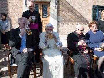 El Papa emérito Benedicto XVI degustando la cerveza