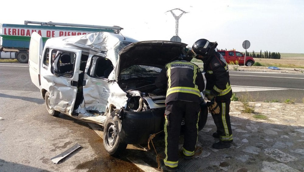 Imagen de un vehículo tras sufrir un accidente en Zaragoza en el que un conductor resultó herido grave