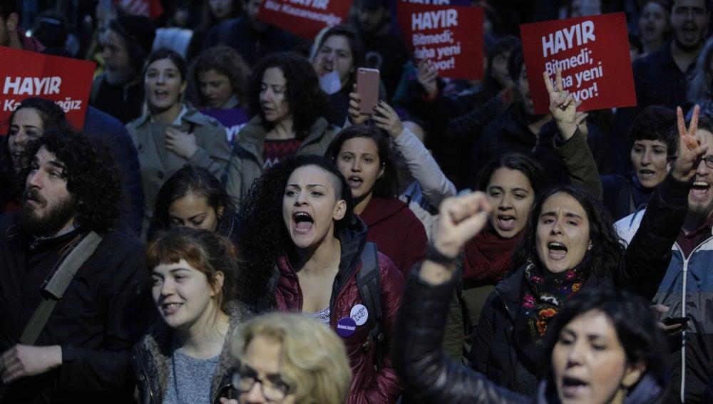 Protestas en Estambul contra el resultado del referéndum en Turquía