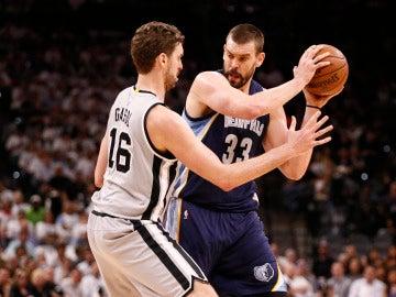 Pau defiende a su hermano Marc con el balón