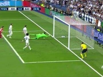 Frame 34.154476 de: Sergio Ramos se marca en propia puerta en una jugada desafortunada