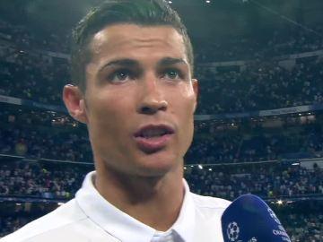 Cristiano Ronaldo atiende a Susana Guasch