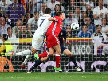 Cristiano Ronaldo marca de cabeza ante Neuer