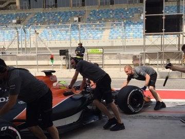 Los mecánicos empujan el McLaren al garaje