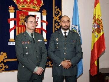 El guardia civil Brain Mohamed (a la derecha), quien arriesgó su vida para salvar a cinco menores extranjeros
