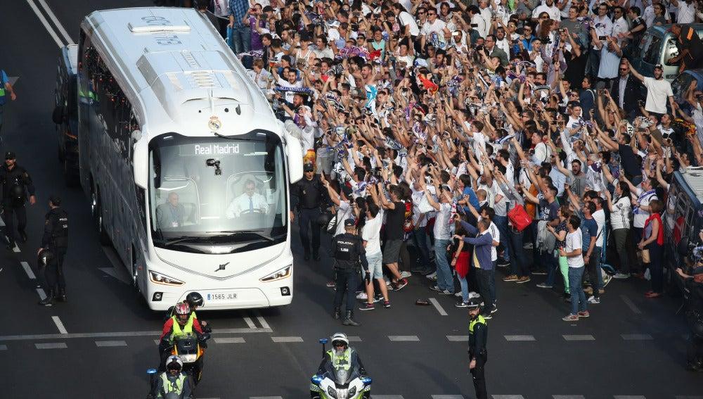 La afición del Real Madrid, recibiendo al equipo antes del partido contra el Bayern