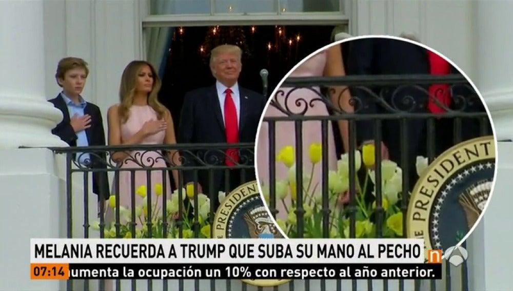 Frame 12.937142 de: Melania salva de un olvido a Donald Trump  mientras sonaba el himno nacional