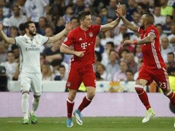 Lewandowski celebra el 0-1 con Arturo Vidal