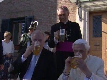 Frame 1.658932 de: Benedicto XVI celebra con cerveza sus 90 años