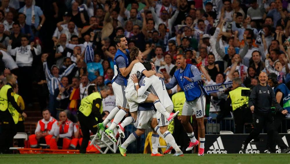 Cristiano Ronaldo celebra junto a sus compañeros su gol 100 en competiciones europeas