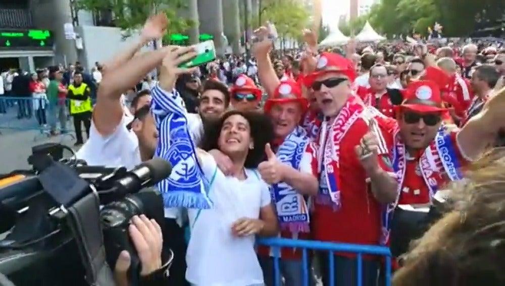 Frame 20.574829 de: Espectacular recibimiento de la afición al Real Madrid