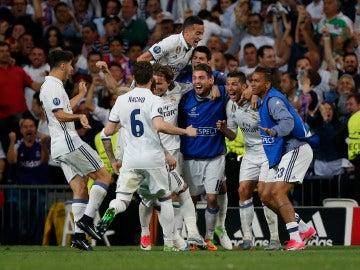 El Real Madrid celebra su pase a semifinales de la Champions League