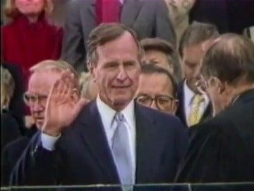 Frame 0.787981 de: Hospitalizan al expresidente George H.W. Bush por una neumonía