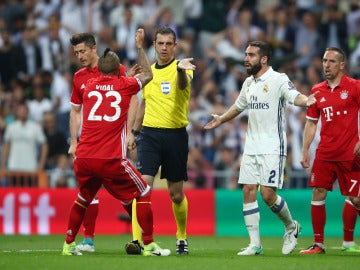 Vidal protesta al árbitro tras ver la roja en el Bernabéu
