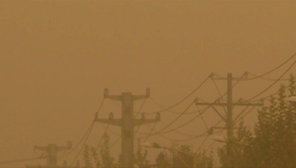 Frame 39.25034 de: Una intensa tormenta de arena tiñe de amarillo los cielos chinos de Uygur