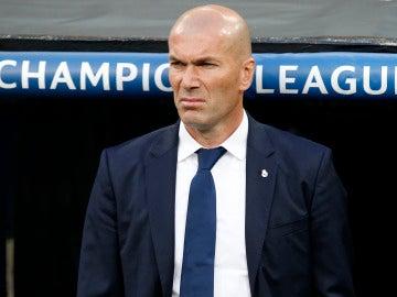 Zinedine Zidane, en la banda del Bernabéu