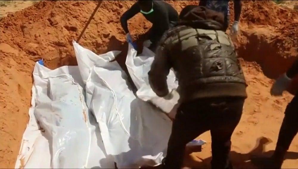 Frame 47.475555 de: Pescadores libios encuentran 28 inmigrantes fallecidos a bordo de una barcaza a la deriva