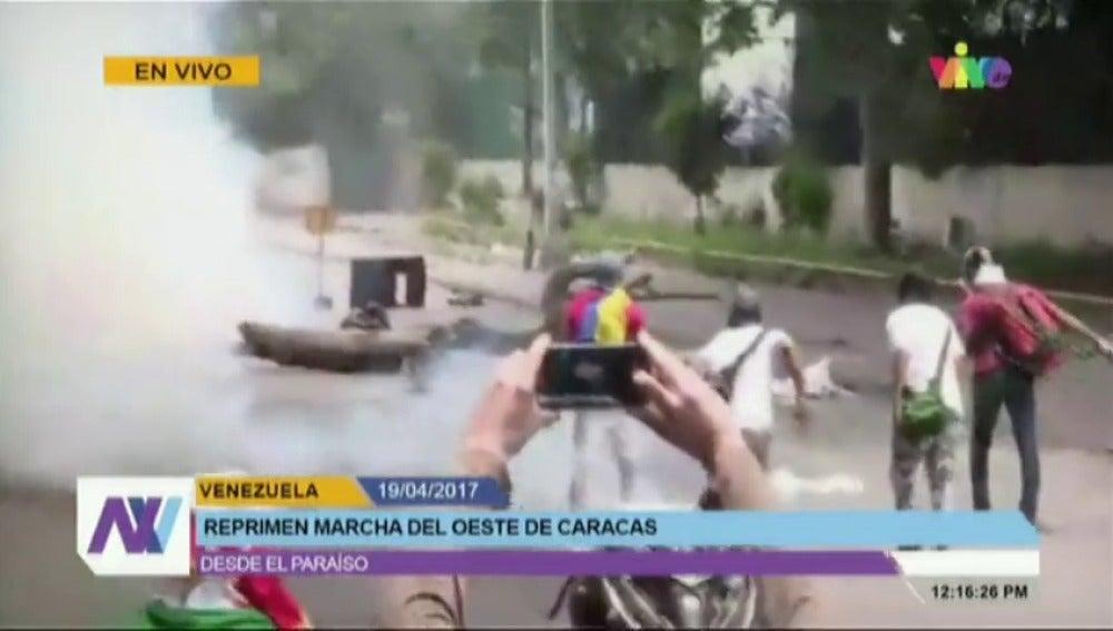 Frame 12.025388 de: Un estudiante muere de un disparo en la cabeza durante una de las marchas contra Maduro en Caracas
