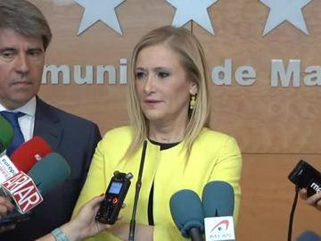 Cristina Cifuentes atendiendo a los medios