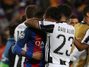 Dani Alves abraza a un Neymar destrozado