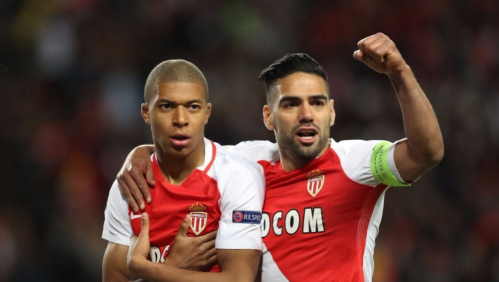 Mbappé celebra su gol junto a Falcao