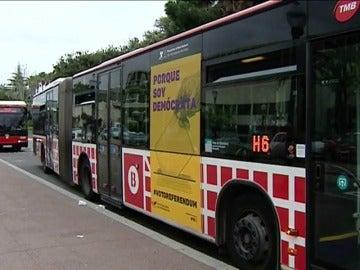 Frame 18.028223 de: Autobuses exhibiendo una campaña a favor del referéndum circulan por Barcelona