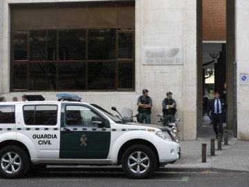 Agentes de la Guardia Civil en la sede del Canal de Isabel II