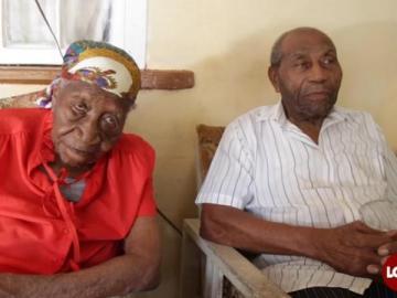 Harold junto a su madre, Violet Brown