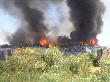 Frame 4.398075 de: Un incendio calcina un asentamiento de inmigrantes en Lepe, Huelva