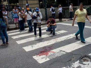 Vista de la mancha de sangre del joven de 17 años que recibió un disparo