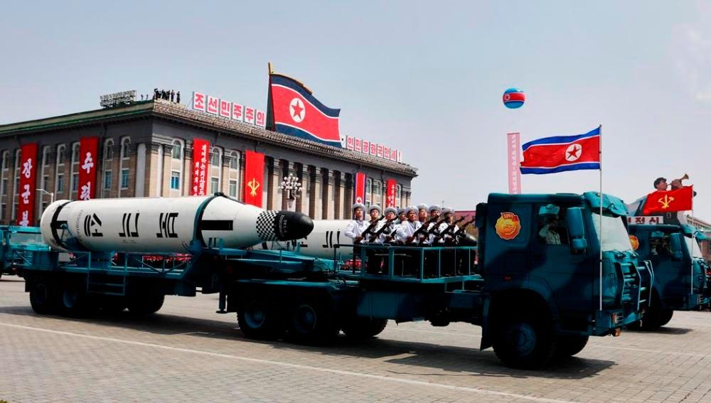 Un vehículo militar con dos misiles a bordo participa en un desfile por la festividad del Día del Sol en Corea del Norte