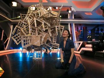 Pilar Rubio desafía la gravedad con 40 sillas en equilibrio
