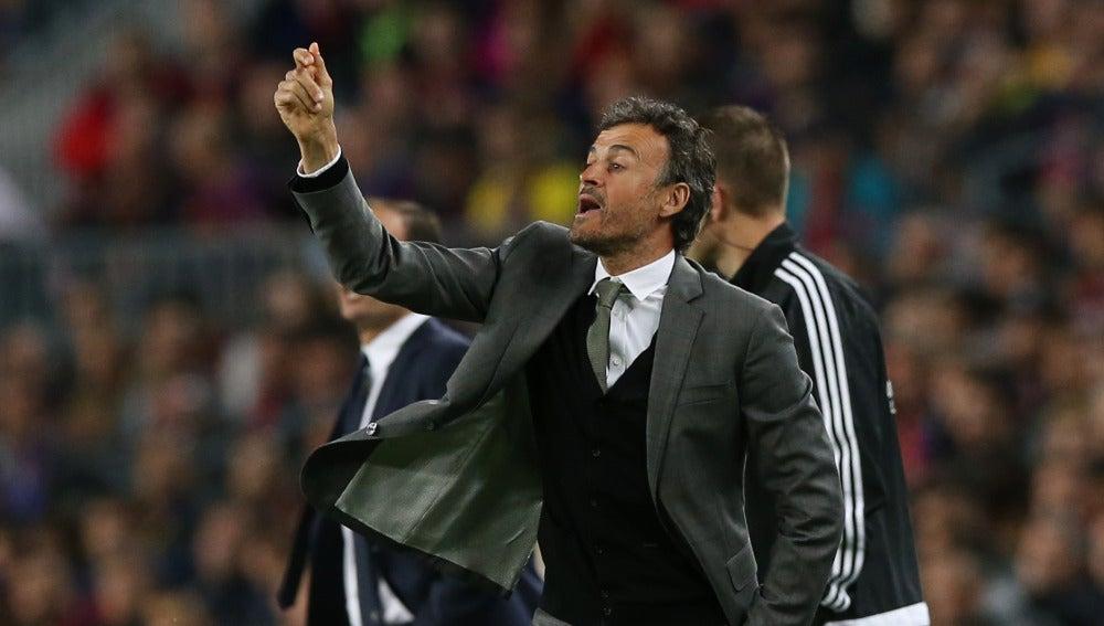 Luis Enrique da indicaciones a sus jugadores en la banda del Camp Nou ante la Juventus