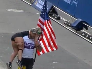 Earl Granville entrando en linea de meta en la maratón de Boston