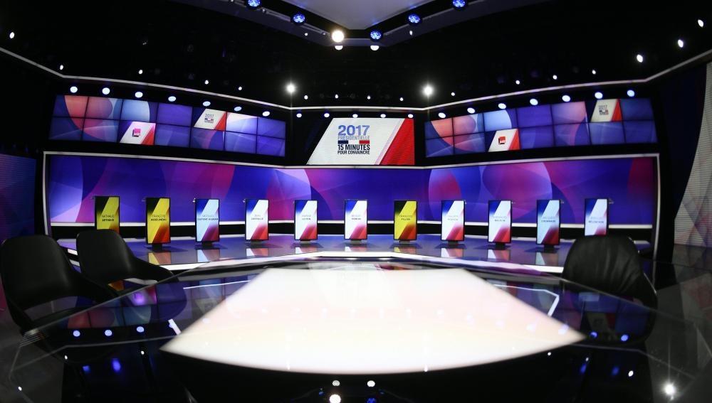Vista general del set antes del inicio del debate presidencial en el programa especial de televisión