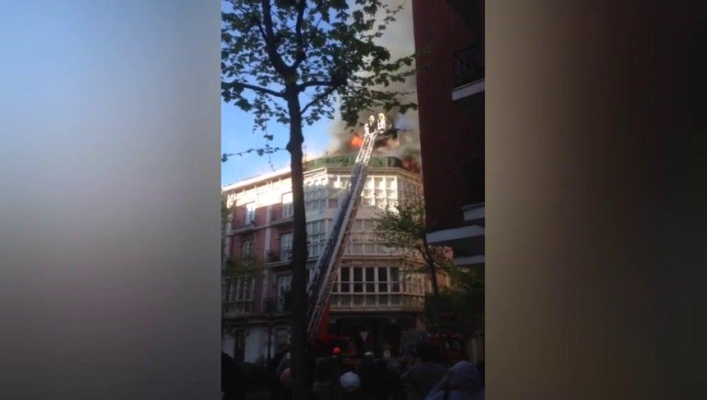 Frame 2.736 de: Incendio en un edificio centenario de Santander
