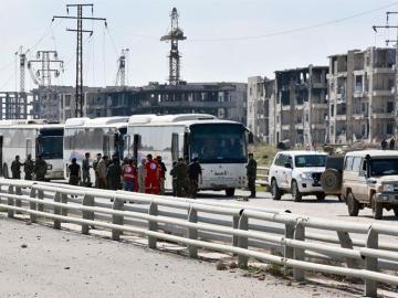 Autobuses que trasladan a los evacuados