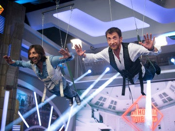 Pablo Motos y Antonio Carmena tocan 'Misión imposible' suspendidos en el aire