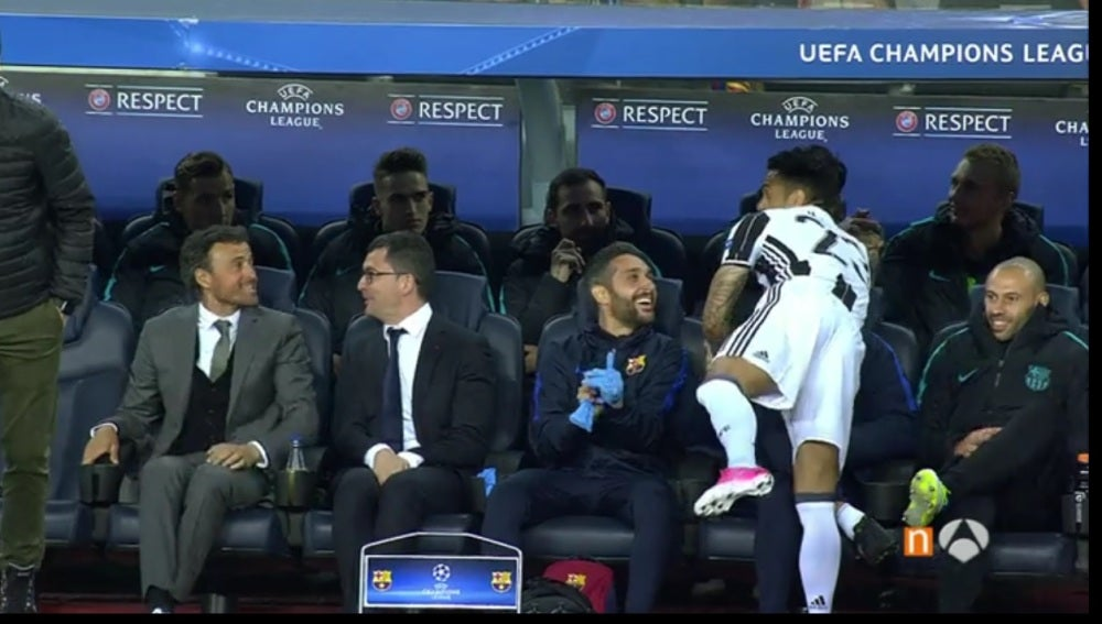 Dani Alves saludando al banquillo del Barcelona