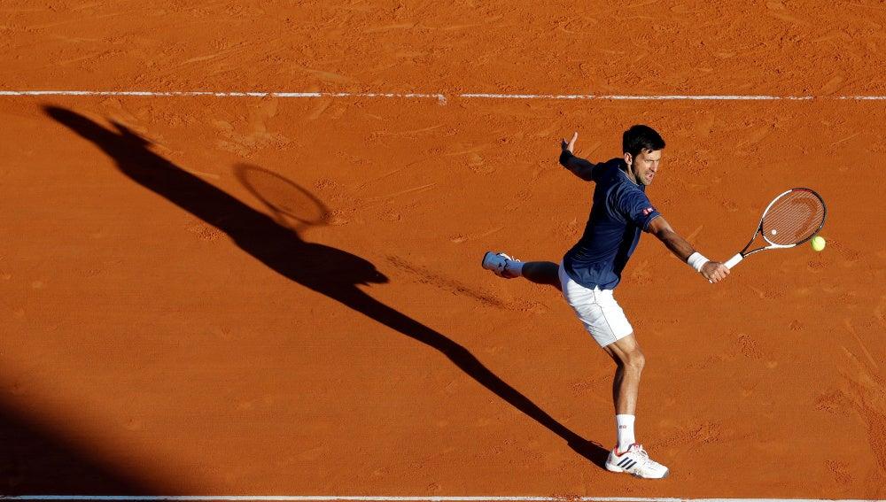 Djokovic ejecuta una volea en su partido contra Carreño