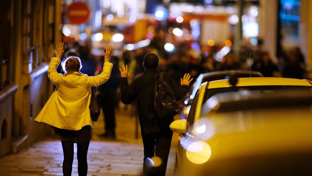 La gente abandona la zona con las manos en alto